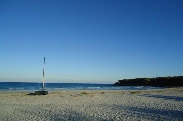 Spiaggia fuile mare con barca a vela